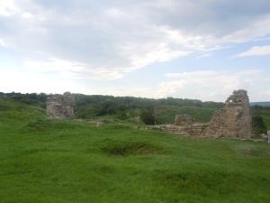 Ruinerna av fästningens moské som byggdes under den turkiska tiden. Så sent som i början av 1900-talet var byggnaden i betydligt bättre skick, och den ska slutgiltigt ha förstörts under andra världskriget.