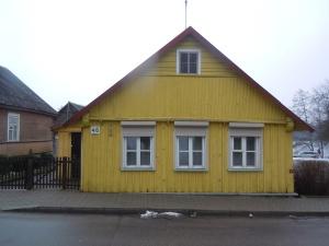 Så här de flesta hus längs Karaimska gatan ut: små trähus med tre fönster på första våningen. Enligt traditionen är det första fönstret tillägnat Gud, det andra storfurst Vytautas och det tredje gästen.